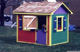 Cedar bear club kid playhouse plan 5x7 with playhouse window in the outdoor. ID number 3268-205.