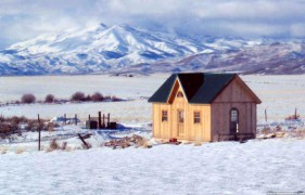 Cedar breckenridge cabin design 14x24 with deluxe single door outdoor seen from the side. ID number 2839-33.